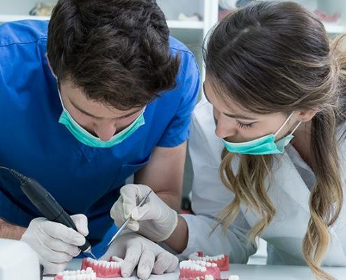 تحصیل رشته دندانپزشکی در ترکیه فرصت های زیادی برای دانشجویان خارجی فراهم می کند. شرایط تحصیل در این کشور، از دانشگاهی به دانشگاه دیگر متفاوت است. پیش شرط آن داشتن دیپلم و یا حضور در سال آخر دبیرستان است. معدل بالا نیز، از جمله آیتم ها و شروط
